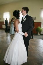 při novomanželském tanci byl ženich nervozní...