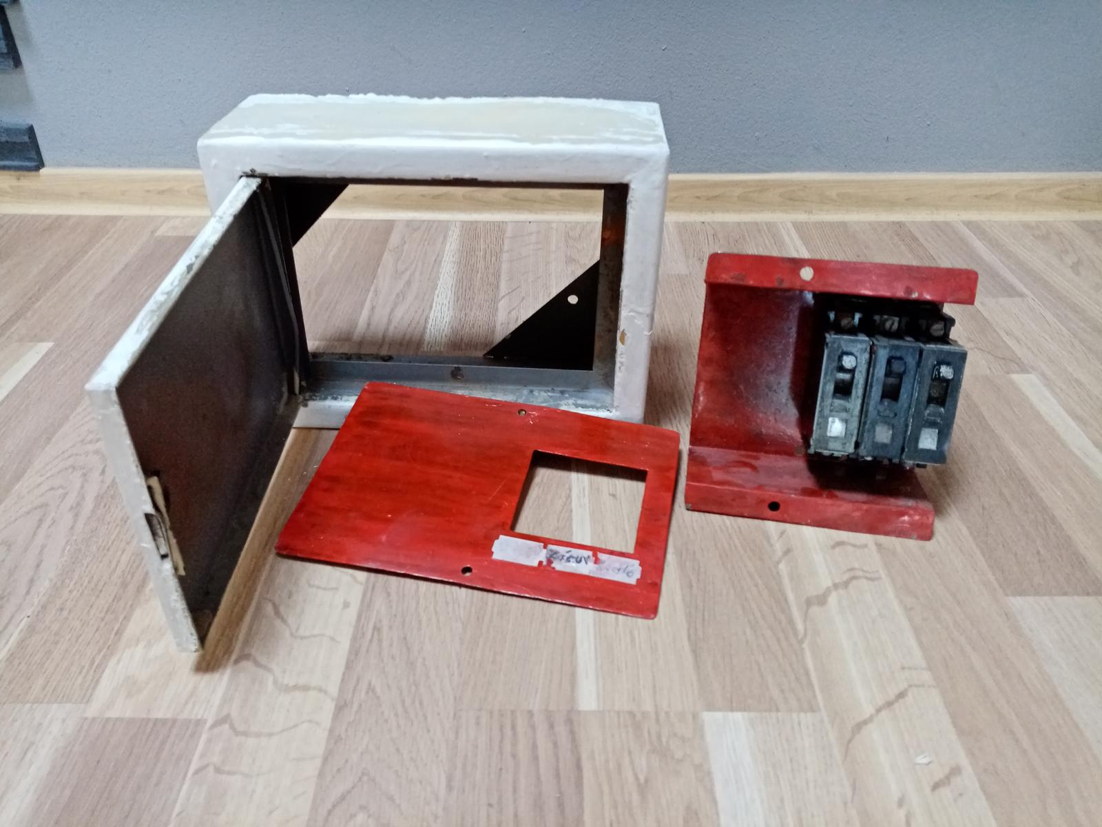 Stará elektro skrinka s 3 ističmi - Obrázok č. 1