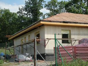 25.6.2010 už dávají folii a zase latě a latě....přivezli krytinu na střechu...