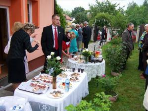 Sjíždění hostů, venkovní občerstvení