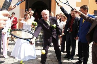 tenis prý manžel před kostelem ještě nehrál