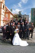 Muži v černém s dámou v bílém