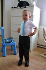 môj drobček. nechcel mať kravatu...