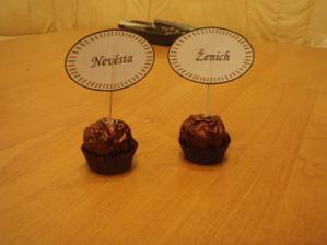 takto máme řešené jmenovky na stůl i s dárečkem pro hosty...