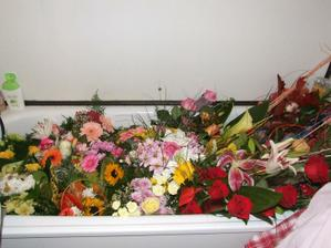 Plná vaňa kvetov....