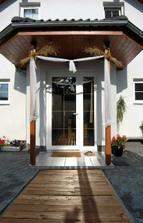ráno - nazdobený vchod do domu nevěsty