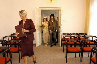 ženich s maminkou nastupují bez bázně, před nimi prchající matrikářka :)