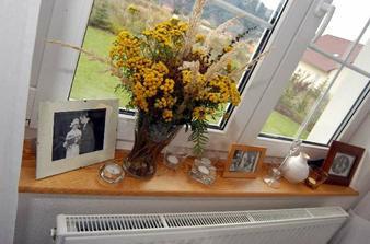 tématická výzdoba na odpolední oslavě zpátky v domě, ve všech oknech byly staré rodinné svatební fotografie