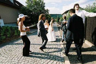 únos nevěsty - asi patnáct lidí se hrozně nenápadně vytratilo i s nevěstou když ženich vítal nové hosty. Šli jsme pěšky, protože všichni už pili :)