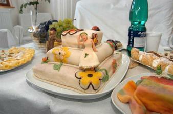 svatební dort jsme si udělali sami (já s manželem plus kamarádky), byl vynikající