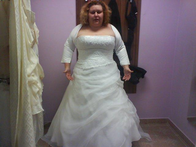 Moje šaty,zatím takhle,v červnu bude změna bolerka za větší a krajkové a budou přišita k šatům ramínka,aby zmizel sklad pod prsy..
