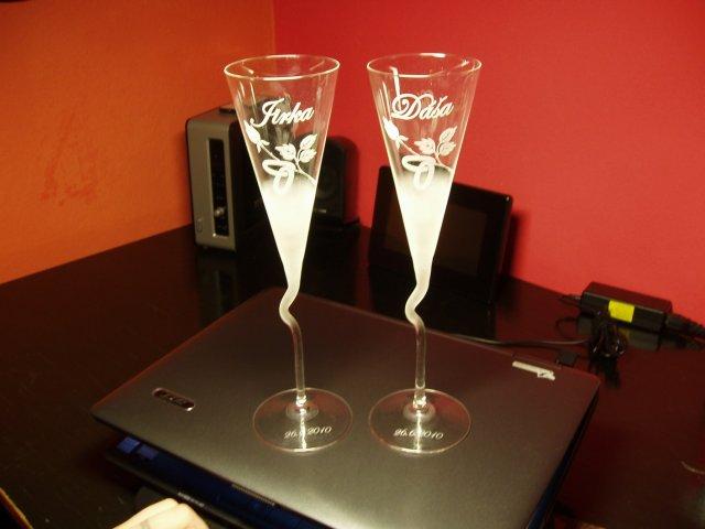 Konečně dorazlily skleničky s našimi jmény