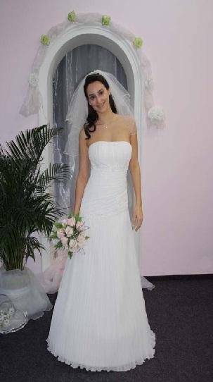 Naše modro-bílá svatba - moje šaty (fotka z katalogu svatebního salonu)