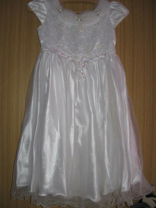 Naše modro-bílá svatba - šaty pro družičku -už jsme jedny měli, ale vyrostla z nich :)