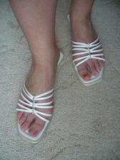takhle vypadaj moje nohy v botkach na svatbu. Musim si pak namalovat nehty, nejspis bilym lakem, protoze se mi na lyzich otlacil nehet u palce a doted to neodrostlo :o(