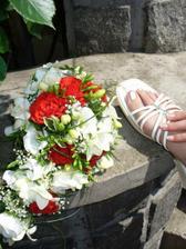 ..a takto uz to vypadalo na svatbe. :o) (snaha o jakousi umeleckou fotku :o)))) ..aspon bylo videt, ze jsem je mela..kdyz uz nic jineho. :o) )