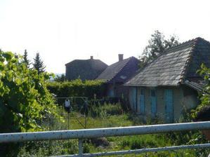 pohľad zhora zo záhrady.. z hosp. budovy (hneď vpravo) bude altánok s krbom