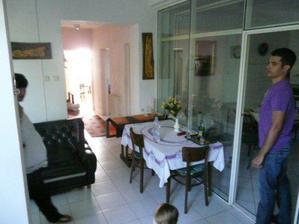 obývačka s kuchyňou (sklenená stena a priečka vľavo pôjdu preč)