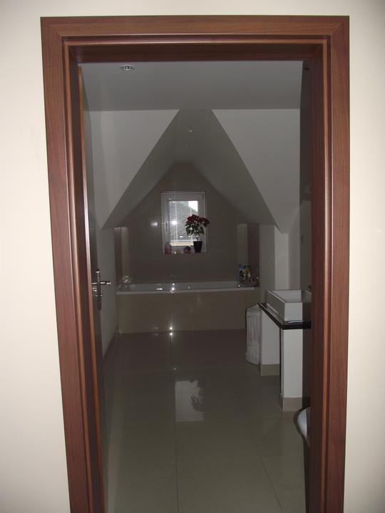 Svojpomocne.......interier..... - v kupelni nic nove...stale chybaju zrkadla a svietidla...