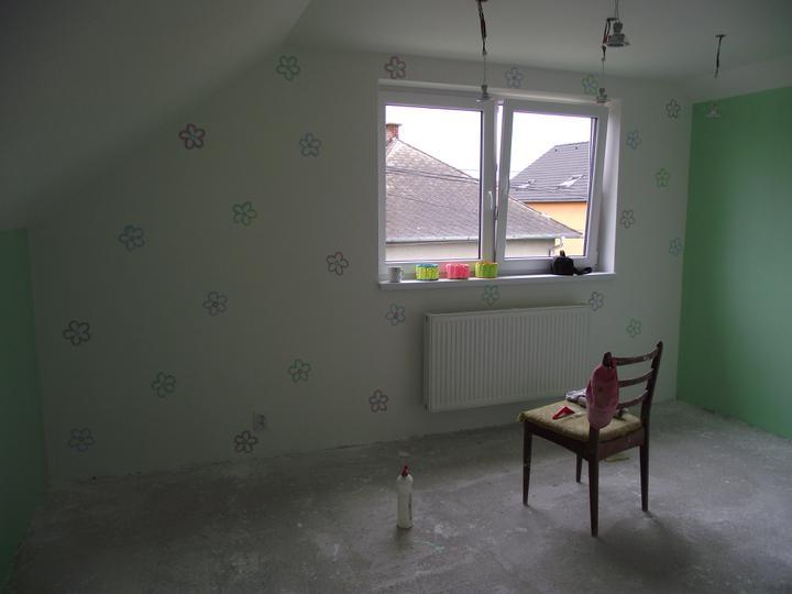 Svojpomocne.......interier..... - ....aj kvietky uz na stene....