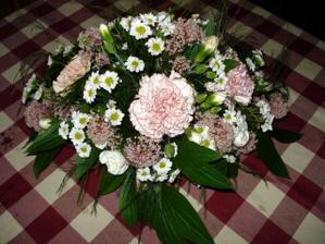 Kytice na stul na svatebni hostinu ze zbytku kyticek