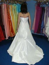 třetí šaty zezadu..