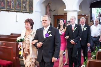 a jdeme na to, prvně ženich s mamkou, svědci, mamka s tchánem, svatebčané, ...