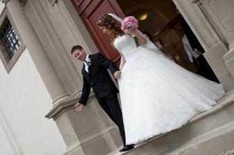 ..novomanželia.. a pred kostolom dalsie prekvaapko v podobe super dychovky :D..