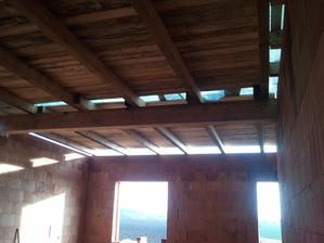dřevěný strop,snad vydrží...ale na dřevu už je to znát...