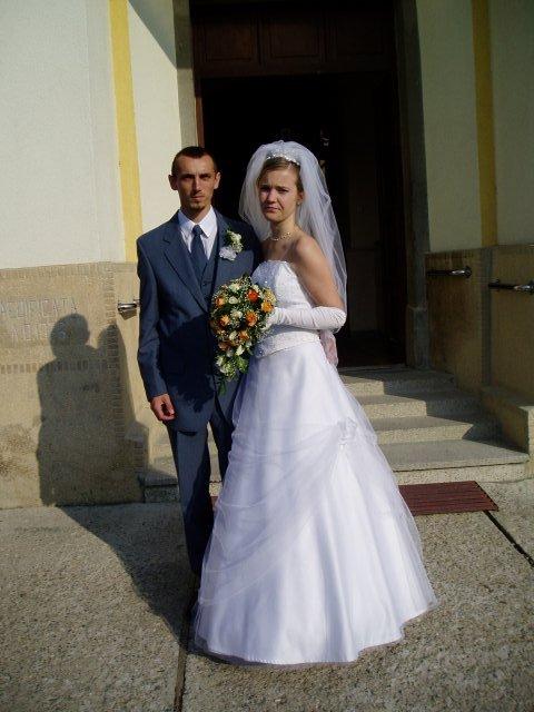 Eva Tóthová{{_AND_}}Miroslav Straka - pred kostolom...