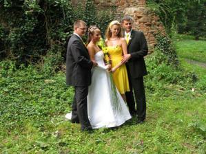 O měsíc později svatba přátel.
