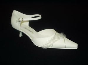 Jelikož nevěsta i ženich jsou stejně vysocí, bude to chtít botky na nízkém podpatku...