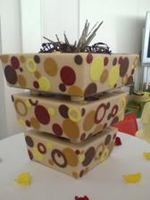 Tak. A jde se na výběr dortu! Tenhle vypadá hříšně, ale jak se to proboha krájí???!