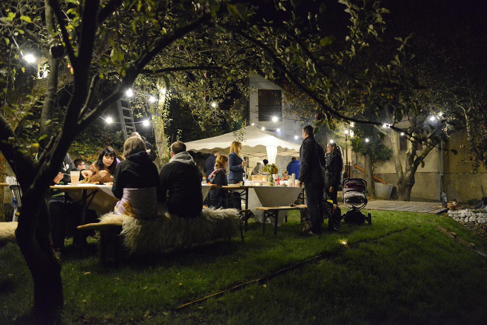 Lenka{{_AND_}}Marek - záhradná oslava s priateľmi - posledný večer, kedy nemrzlo :)