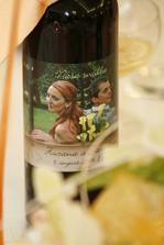 Flase vina boli zladene z pozvankami.