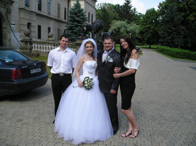 Zuzana Dilova{{_AND_}}Jaroslav Navojsky - Nasim znamym na svadbe a to boli zaroven aj moje popolnocne saty.Na nasej svadbe som sa uz nestihla akosi odfotit...:((((