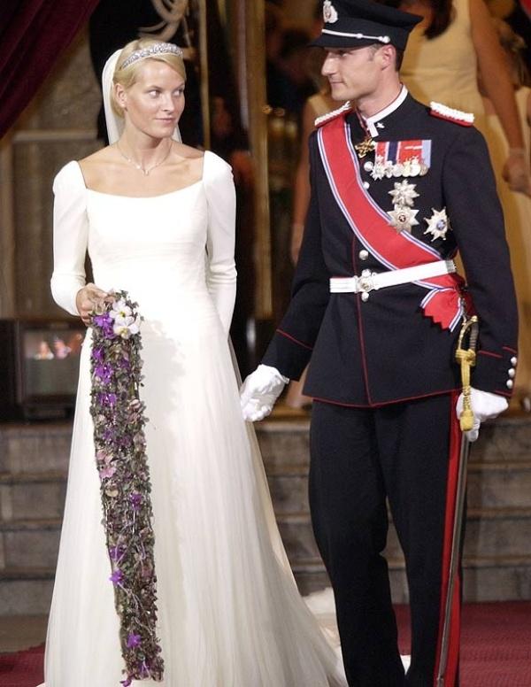 Kráľovské svadby - Princ haakon z nórska + Mette-Marit Tjessem Hoiby / 25. august 2001 ... šaty: Ove Harder Finseth