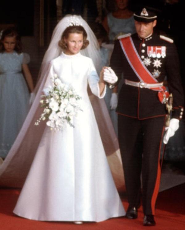 Kráľovské svadby - Princ harald z nórska + Sonja Haraldsen  / 29. august 1968 ... šaty: Molstad