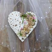 Biele závesné srdce s motýlikom,