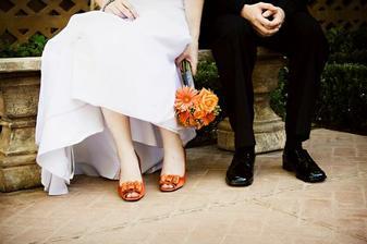 Asi takto si to predstavujem, oranžové topánky a oranžová kytica, až na to že tá moja bude len z gerbier a bude jednoduchšia :)