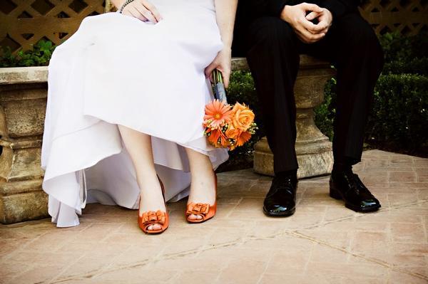 Moje predstavy :) - Asi takto si to predstavujem, oranžové topánky a oranžová kytica, až na to že tá moja bude len z gerbier a bude jednoduchšia :)