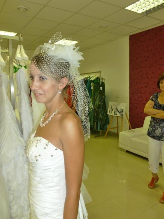 ....svadobné :-) ....ale ktoré? - a hlavičku zvažujem ozdobiť takto... no uvidíme ktoré šaty vyhrajú