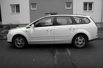 takovým autem se povezu ke kostelu, na kapotě bude pás ze zeleného břečťanu a oranžové srdce