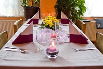 Improvizovaně připravená svatební tabule - překvapení od majitelů restaurace, kde jsme měli svatební hostinu před rokem :)