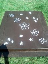 a takto som si ho sama vyzdobila....natrela farbou, a cez vlastnoručne urobené makety naťapklala špongiou kvety :-)