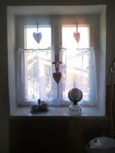 moje okienko s vlastnorucne sitymi srdieckami