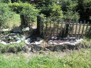 zatiaľ som si urobila takúto záhradku...už mám v nej po čase malé cuketky!!!