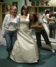 """Závěrečné foto s poradkyněma při výběru šatů - vlevo svědkyně, vpravo """"malířka"""" - tedy moje osobní vizážistka :)"""