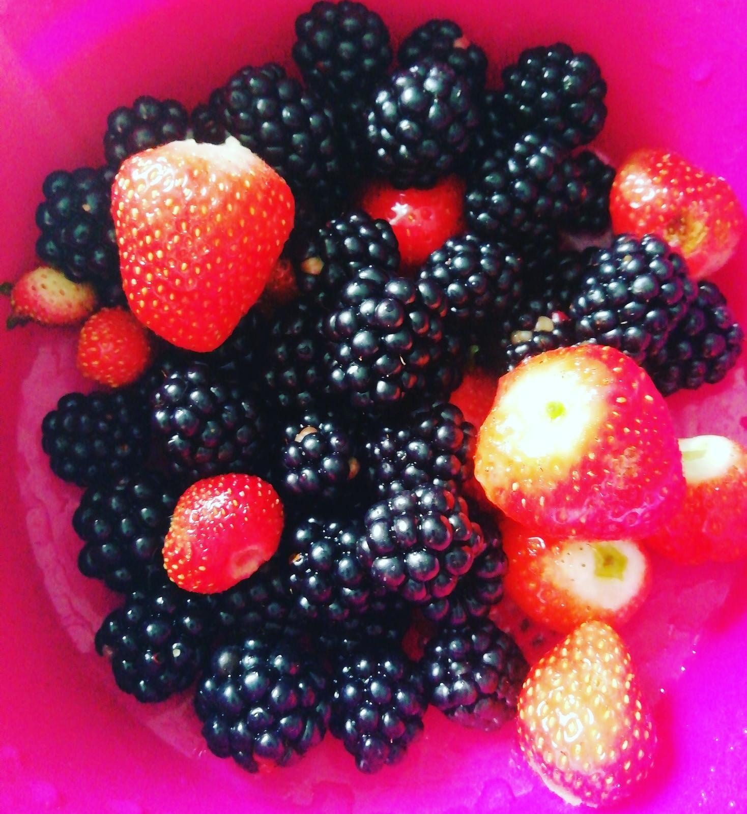 Záhradka 2019/20 bývame 4 a 5 rok :-) - Milujem naše černice a jahody