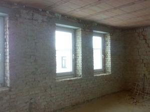 okna v ložnici